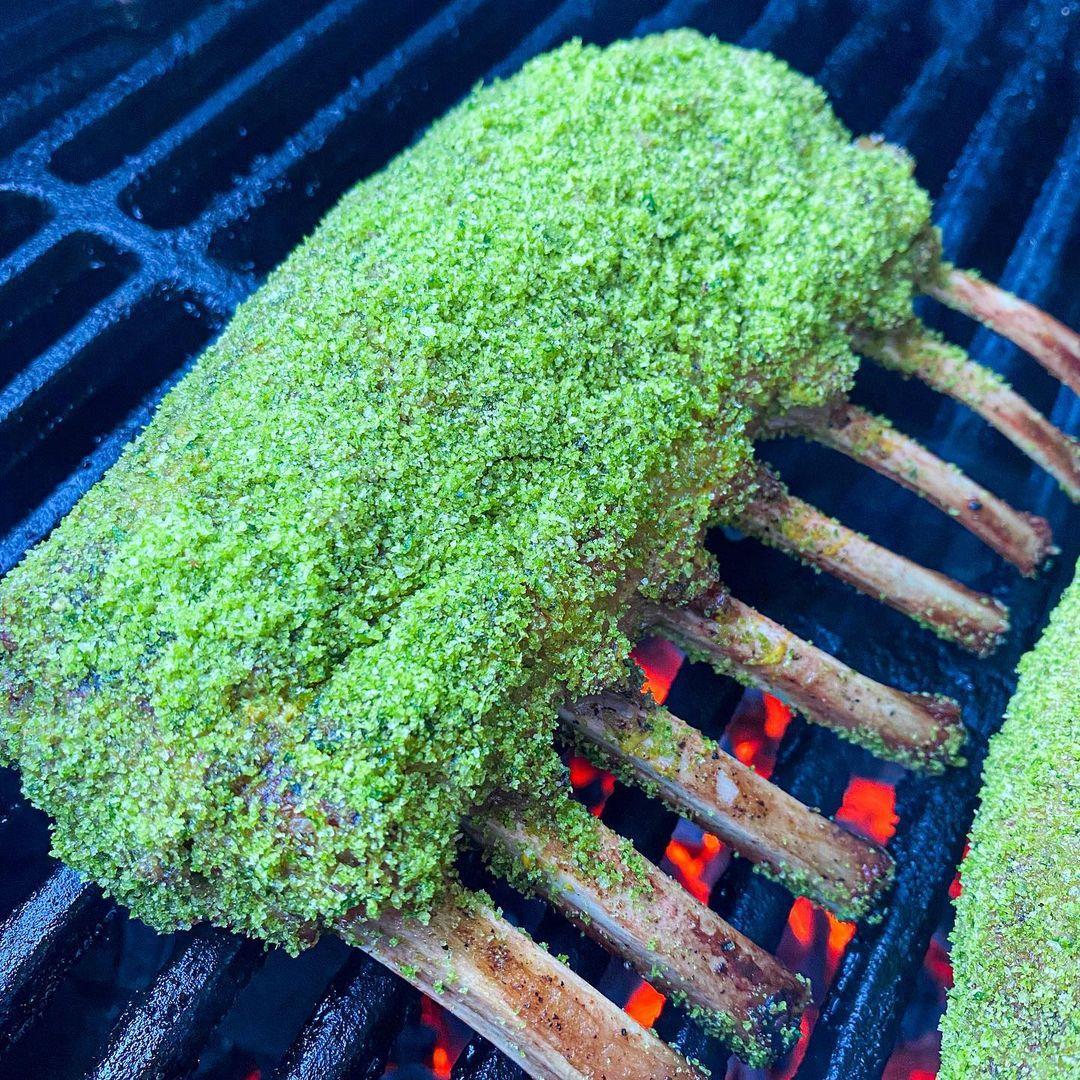 Lamsracks met groene kruidenkorst